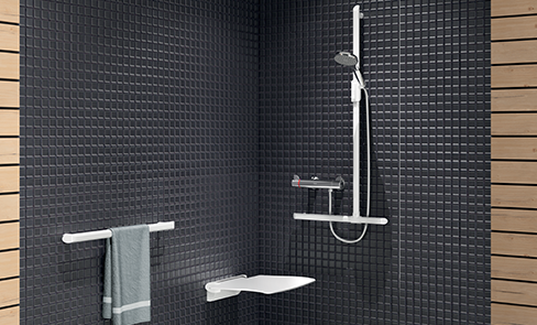 Het juiste douchezitje kiezen voor een gehandicapte, een senior of een mindervalide